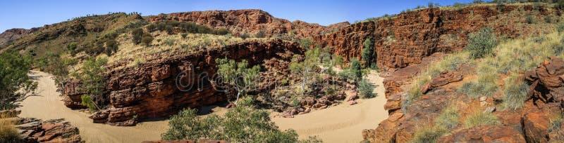 Vista panoramica sulle scogliere pure alla gola di Trephina, gamme orientali di MacDonnell, Territorio del Nord, Australia della  immagini stock