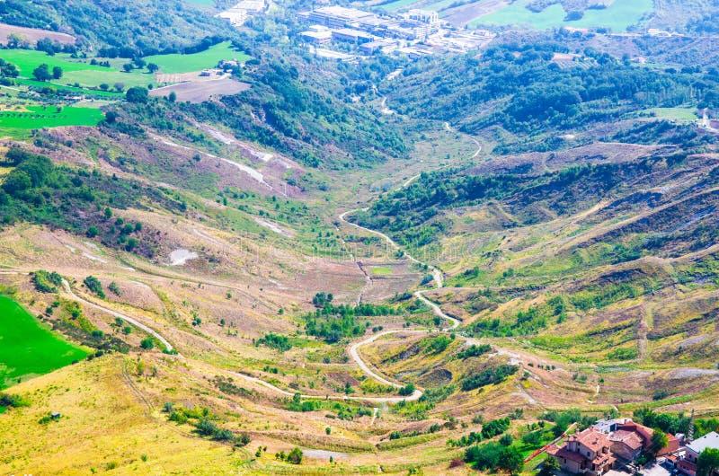 Vista panoramica superiore aerea di paesaggio con il percorso in valle, in colline verdi, nei campi ed in foreste della Repubblic immagine stock