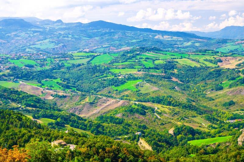 Vista panoramica superiore aerea di paesaggio con la valle, le colline verdi, i campi ed i villaggi della Repubblica San Marino fotografie stock