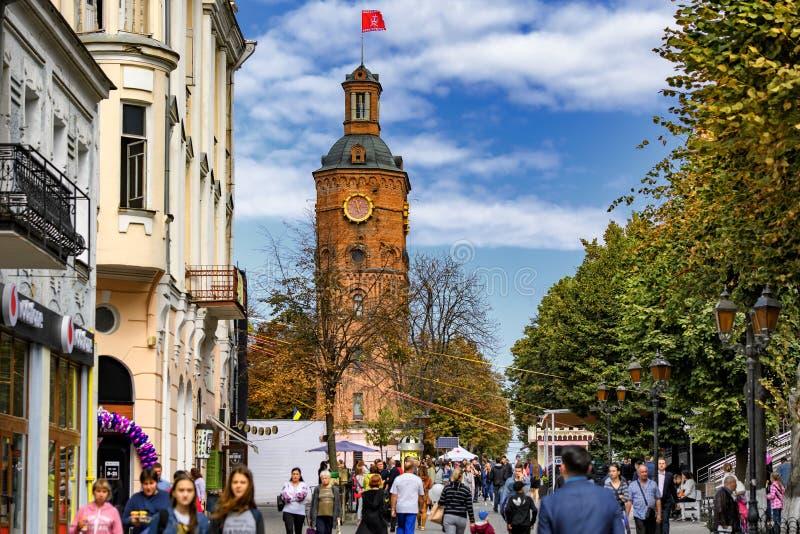 Vista para a antiga torre de água, agora museu no centro histórico de Vinnytsia, Ucrânia Setembro de 2019 imagem de stock