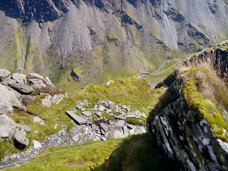 Vista para baixo à estrada distante no vale abaixo imagens de stock