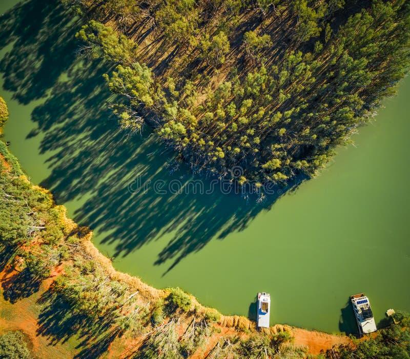 Vista para baixo em casas flutuantes amarradas em costas de Murray River foto de stock