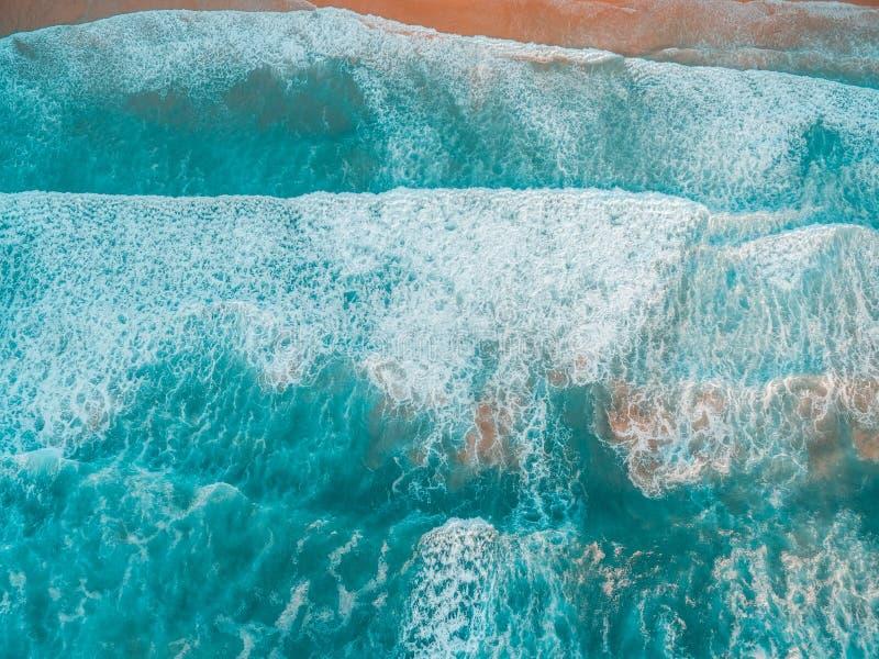Vista para baixo em esmagar ondas de oceano poderosas foto de stock royalty free
