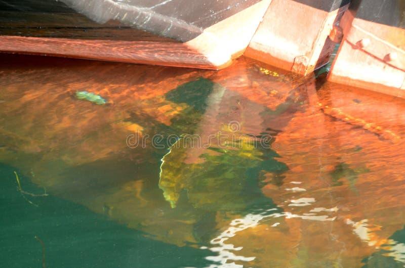 Vista para baixo na água com navio velho foto de stock