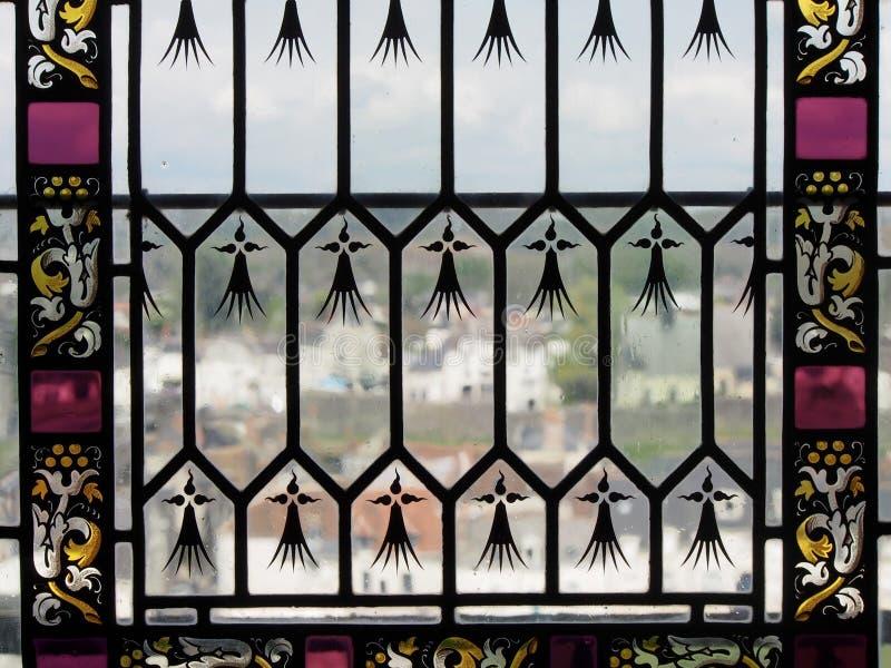 Vista para fora através da janela de vitral em Amboise França fotografia de stock