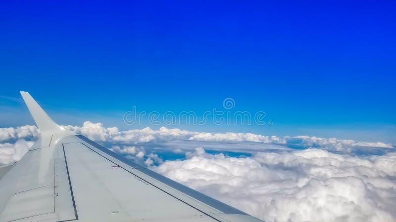 Vista para fora atrav?s de uma janela da vigia dos avi?es durante um voo fotografia de stock