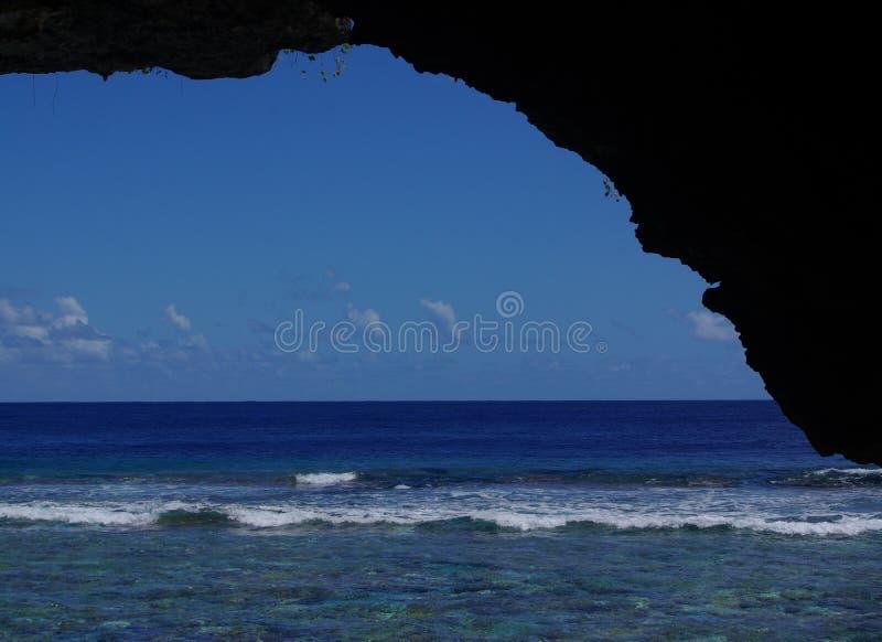Vista para fora da caverna de Palaha fotografia de stock