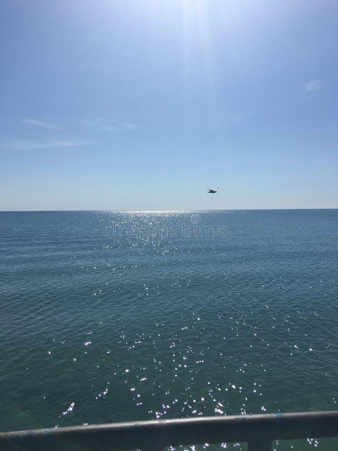 Vista para fora sobre as águas azuis imagens de stock