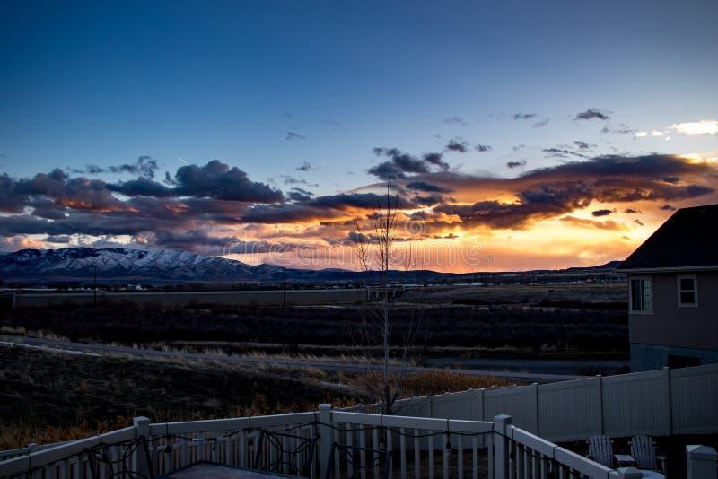 Vista para fora sobre a plataforma do pátio traseiro em um por do sol impressionante fotos de stock