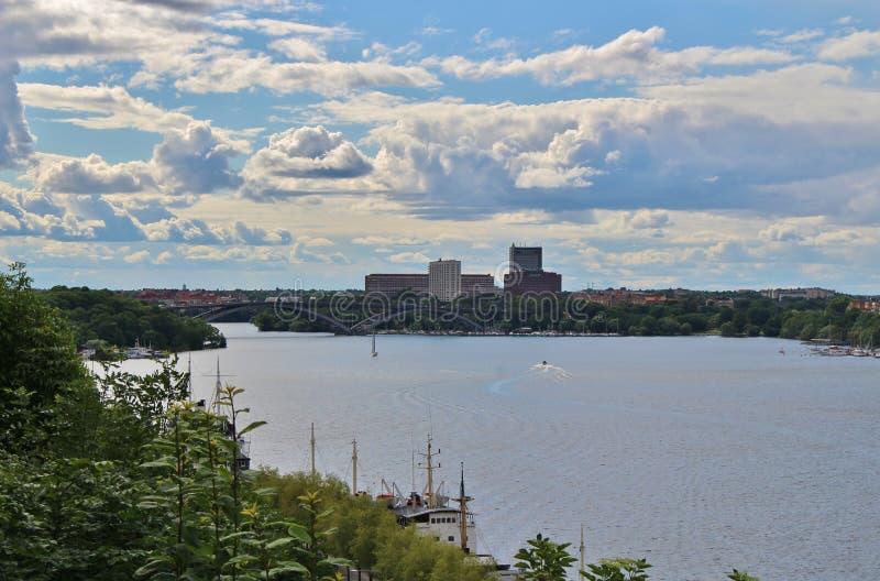Vista para Kungsholmen de Monteliusvägen em Södermalm fotos de stock