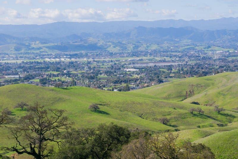 Vista para Morgan Hill do lago coyote - Harvey Bear Park, Califórnia fotografia de stock