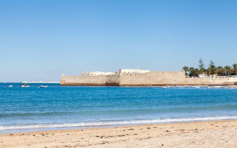 A vista para o castelo de Santa Catalina em Cadiz fotos de stock royalty free