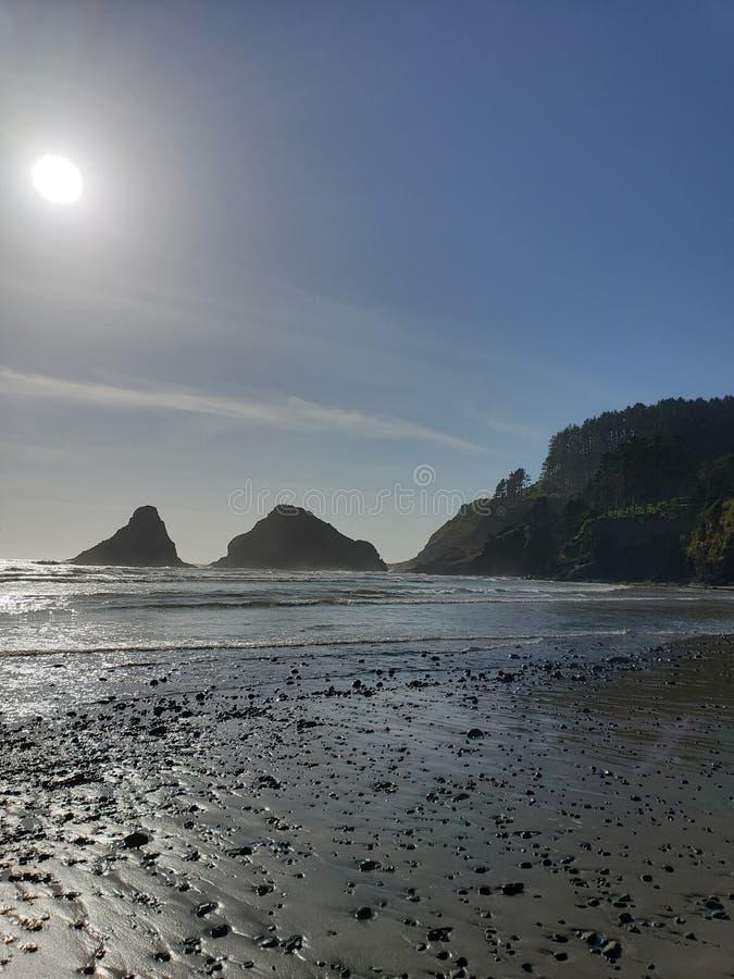 Vista para o mar da costa de Oregon com penhasco fotos de stock