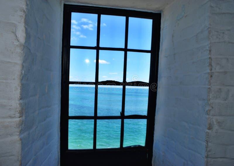 Vista para o mar da janela fotografia de stock royalty free