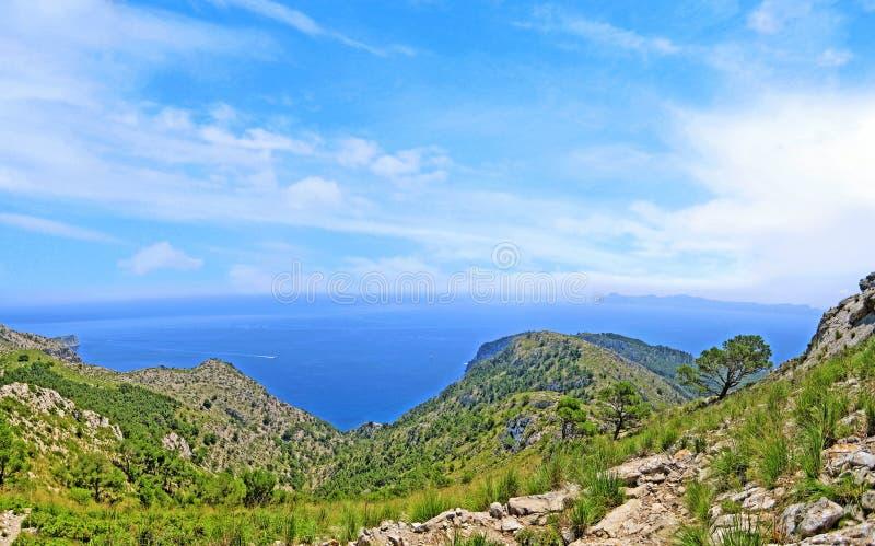 Vista para o mar das montanhas foto de stock royalty free