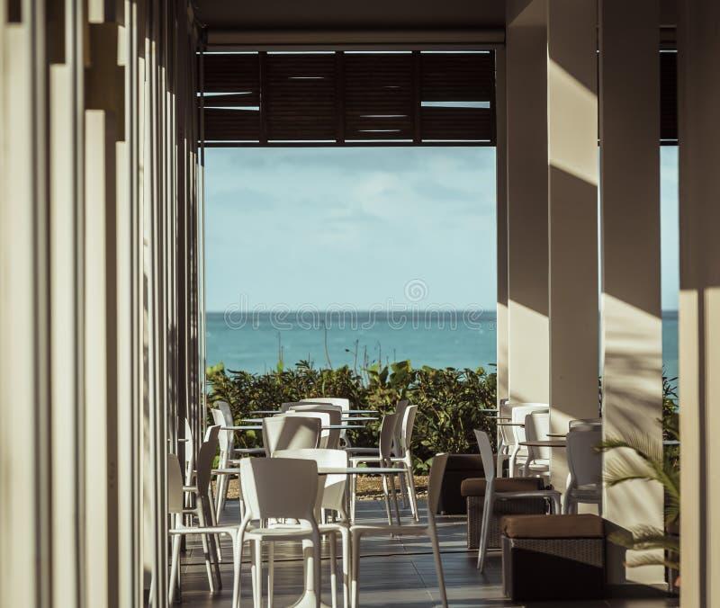Vista para o mar de convite bonita morna do café exterior imagens de stock royalty free