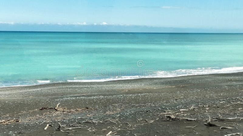 Vista para o mar do curso do trem de Kiwi Rail Scenic ao longo da costa de Kaikora fotografia de stock royalty free