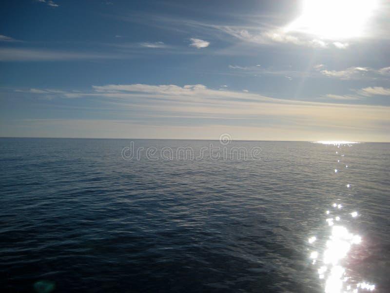 Vista para o mar em um dia em parte nebuloso com céus azuis fotografia de stock royalty free