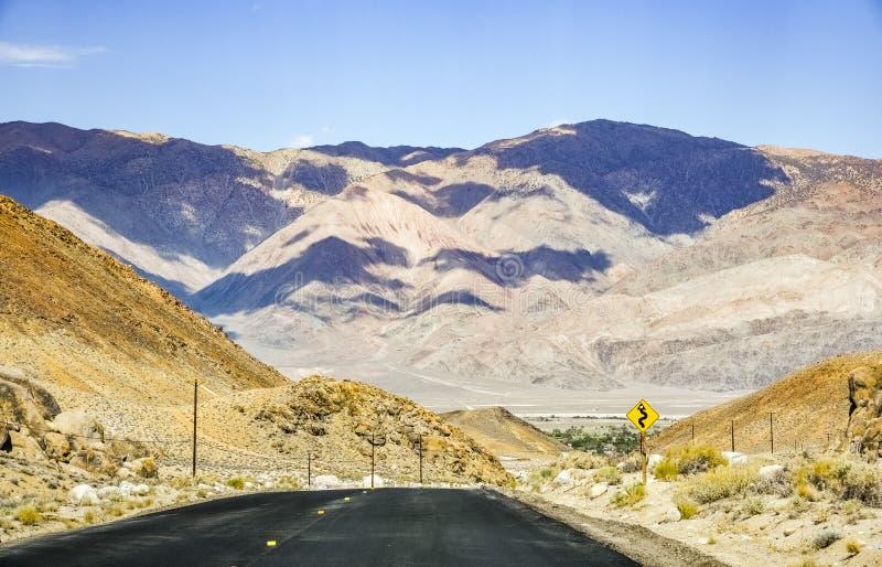 Vista para o parque nacional de Vale da Morte de Whitney Portal Road recentemente reconstruído, serra oriental montanhas, Califór foto de stock royalty free