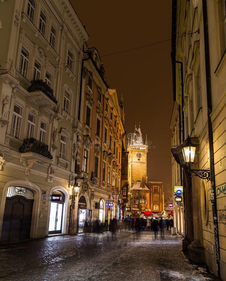 Vista para a praça da cidade velha em Praga na noite fotos de stock royalty free