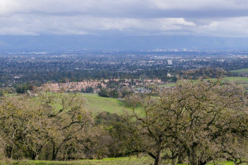Vista para San Jose e Cupertino em um dia nebuloso, após uma tempestade, sul San Francisco Bay, Califórnia imagens de stock