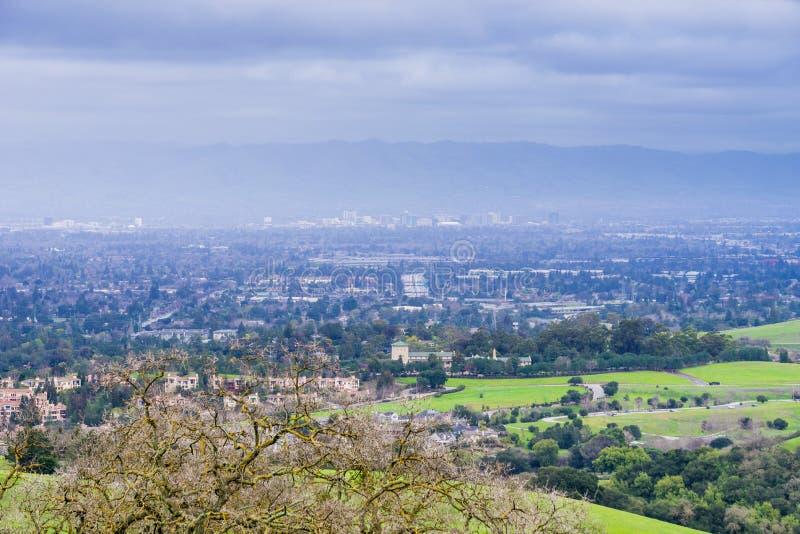 Vista para San Jose e Cupertino em um dia nebuloso, após uma tempestade, sul San Francisco Bay, Califórnia imagens de stock royalty free