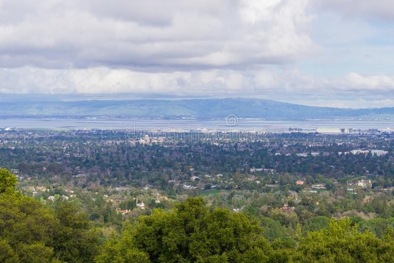 Vista para Sunnyvale e Mountain View, Silicon Valley em um dia nebuloso, após uma tempestade, sul San Francisco Bay, Califórnia imagem de stock