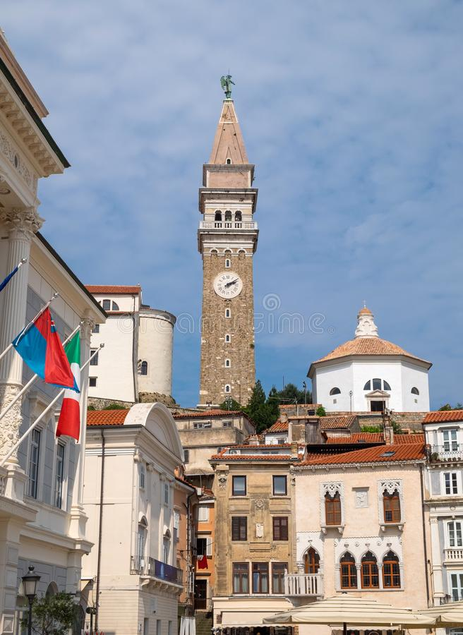 Vista para a Torre Bell da Igreja Paróquia de São Jorge da Praça Tartini em Piran imagens de stock royalty free
