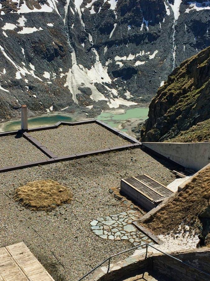 vista para um lago verde nas montanhas fotos de stock