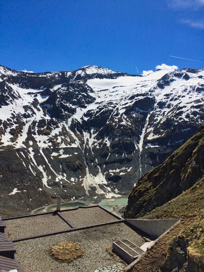 vista para um lago verde nas montanhas fotos de stock royalty free