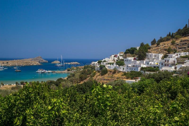Vista para uma cidade de Lindos e a baía em Rhodes Island imagens de stock