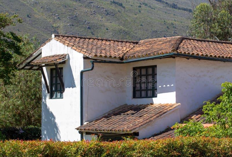 Vista parcial de una casa de campo colonial abandonada fotografía de archivo libre de regalías