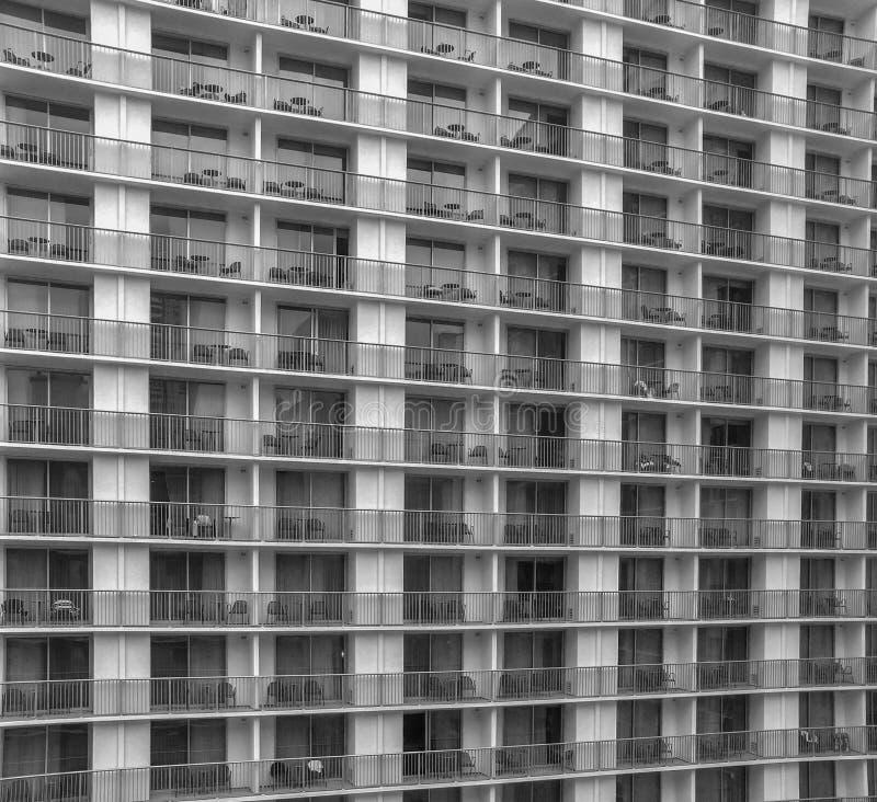 Vista parcial do prédio de apartamentos com balcões imagem de stock