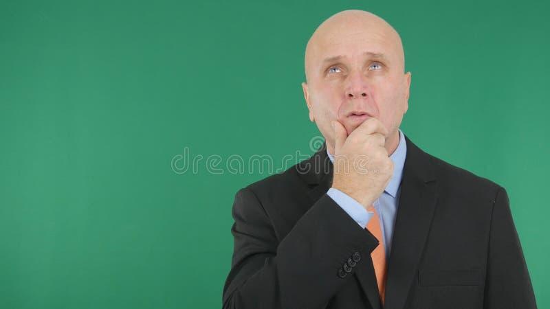 Vista pensativa de Image Stay Thinking do homem de negócios acima fotos de stock