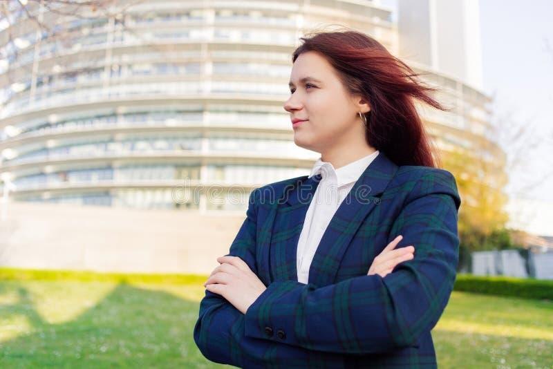 Vista pensativa do retrato feliz da mulher de neg?cio afastado fotos de stock