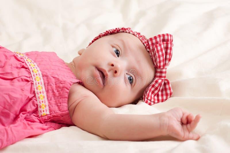 Vista pequena curiosa do bebé imagem de stock royalty free