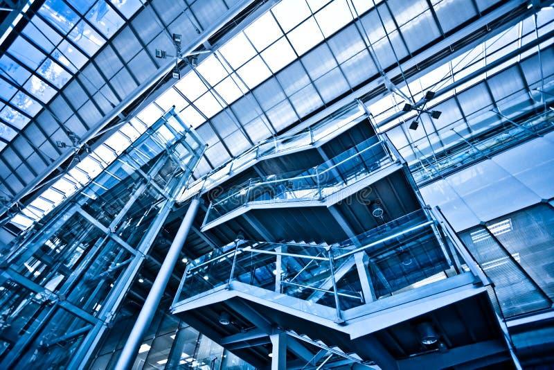 Vista per svuotare le scale in ufficio fotografie stock libere da diritti