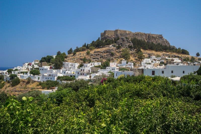 Vista per una città di Lindos e la baia a Rhodes Island immagini stock