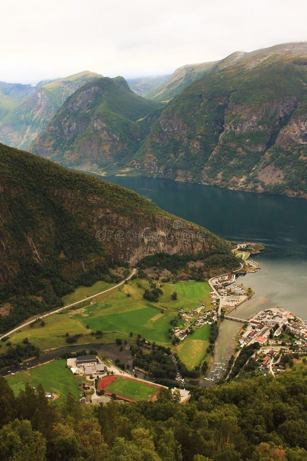Vista perfeita à água, ao lago e ao panorama das montanhas em Flam, Jotunheimen perto de Bergen em Noruega, Europa foto de stock royalty free
