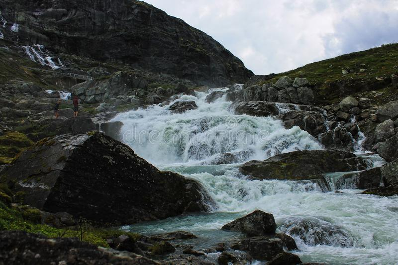 Vista perfeita à água, ao lago e ao panorama das montanhas em Flam, Jotunheimen perto de Bergen em Noruega, Europa fotos de stock royalty free
