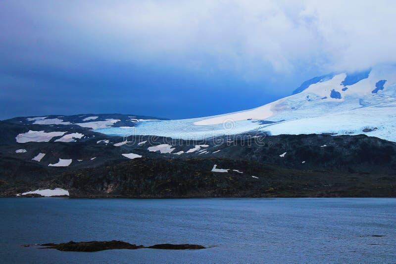 Vista perfeita à água, ao lago e ao panorama das montanhas em Flam, Jotunheimen perto de Bergen em Noruega, Europa fotografia de stock royalty free