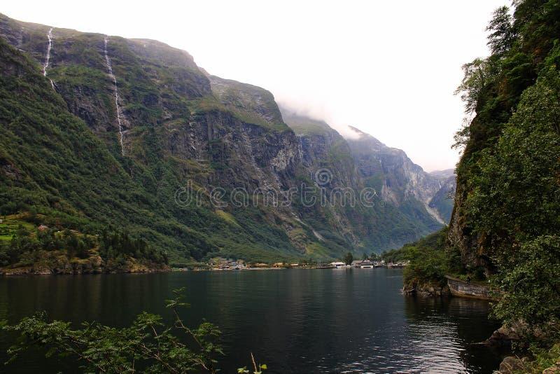 Vista perfeita à água, ao lago e ao panorama das montanhas perto de Flam, Jotunheimen perto de Bergen em Noruega, Europa imagem de stock