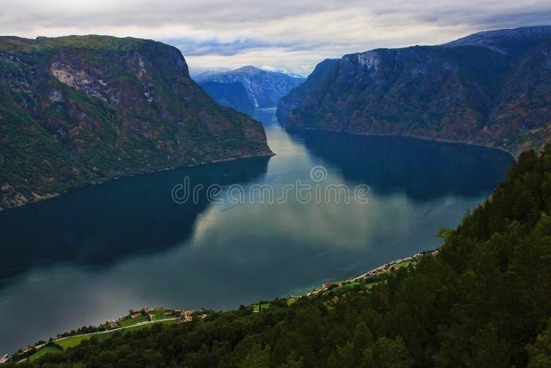 Vista perfeita à água, ao lago e ao panorama das montanhas perto de Flam, Jotunheimen perto de Bergen em Noruega, Europa fotografia de stock royalty free