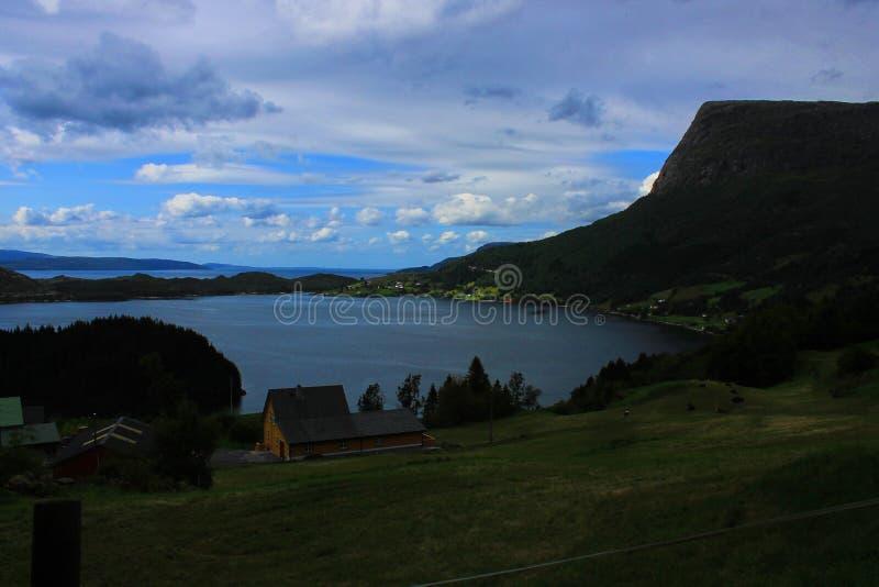 Vista perfeita à água, ao lago e ao panorama das montanhas perto de Flam, Jotunheimen perto de Bergen em Noruega, Europa imagens de stock royalty free