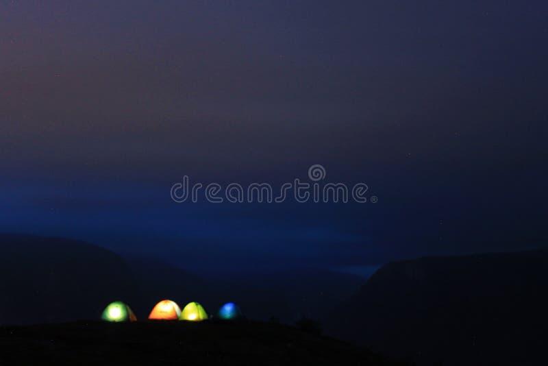 Vista perfeita às barracas, à água, ao lago e ao panorama das montanhas perto de Flam, Jotunheimen perto de Bergen em Noruega, Eu foto de stock
