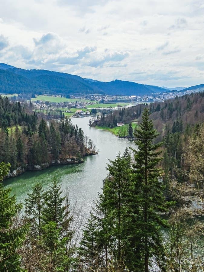 Vista perfeita ao rio doubs perto da cachoeira do du doubs do saut imagem de stock royalty free