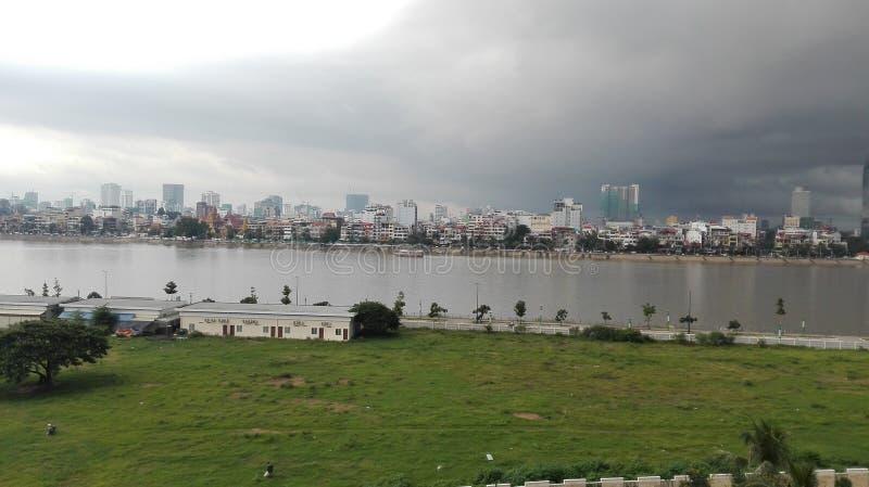 Vista Phnom Penh del fiume della città immagini stock libere da diritti