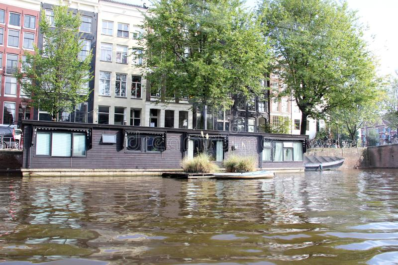 Vista più vicina su una casa galleggiante alla riva del fiume a Amsterdam Paesi Bassi fotografia stock libera da diritti