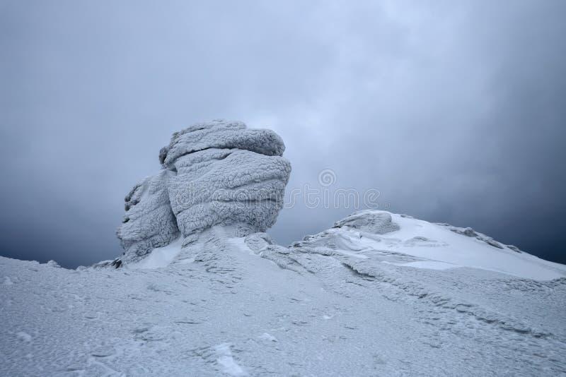 Vista piacevole dal prato inglese alle montagne in neve, luce interessante e nebbia Tempo per le avventure turistiche fotografie stock