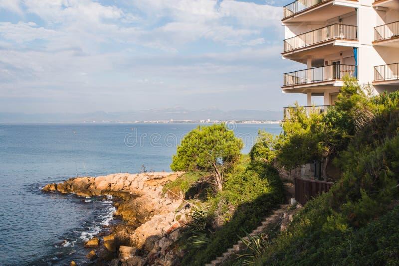 Vista piacevole della linea costiera di Salou di mattina Destinazione spagnola di viaggio di estate fotografia stock